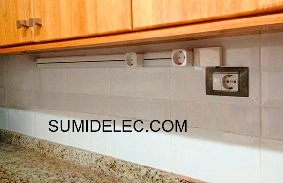 la regleta de bases de enchufe en la cocina